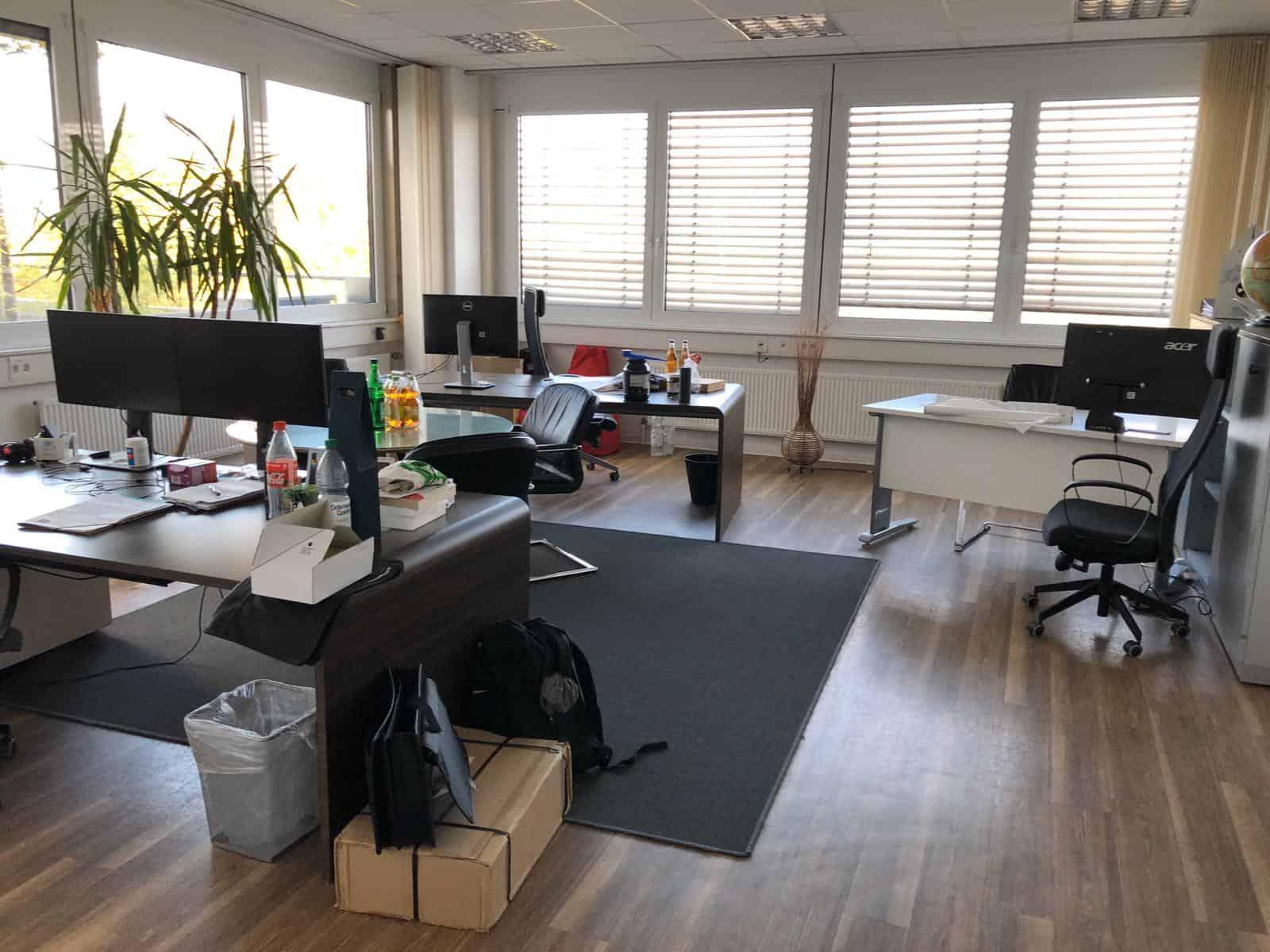 Büro mit Blick auf die Dachterrasse